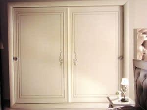 Turandot, Armadio bianco con ante scorrevoli, decorazioni argentate