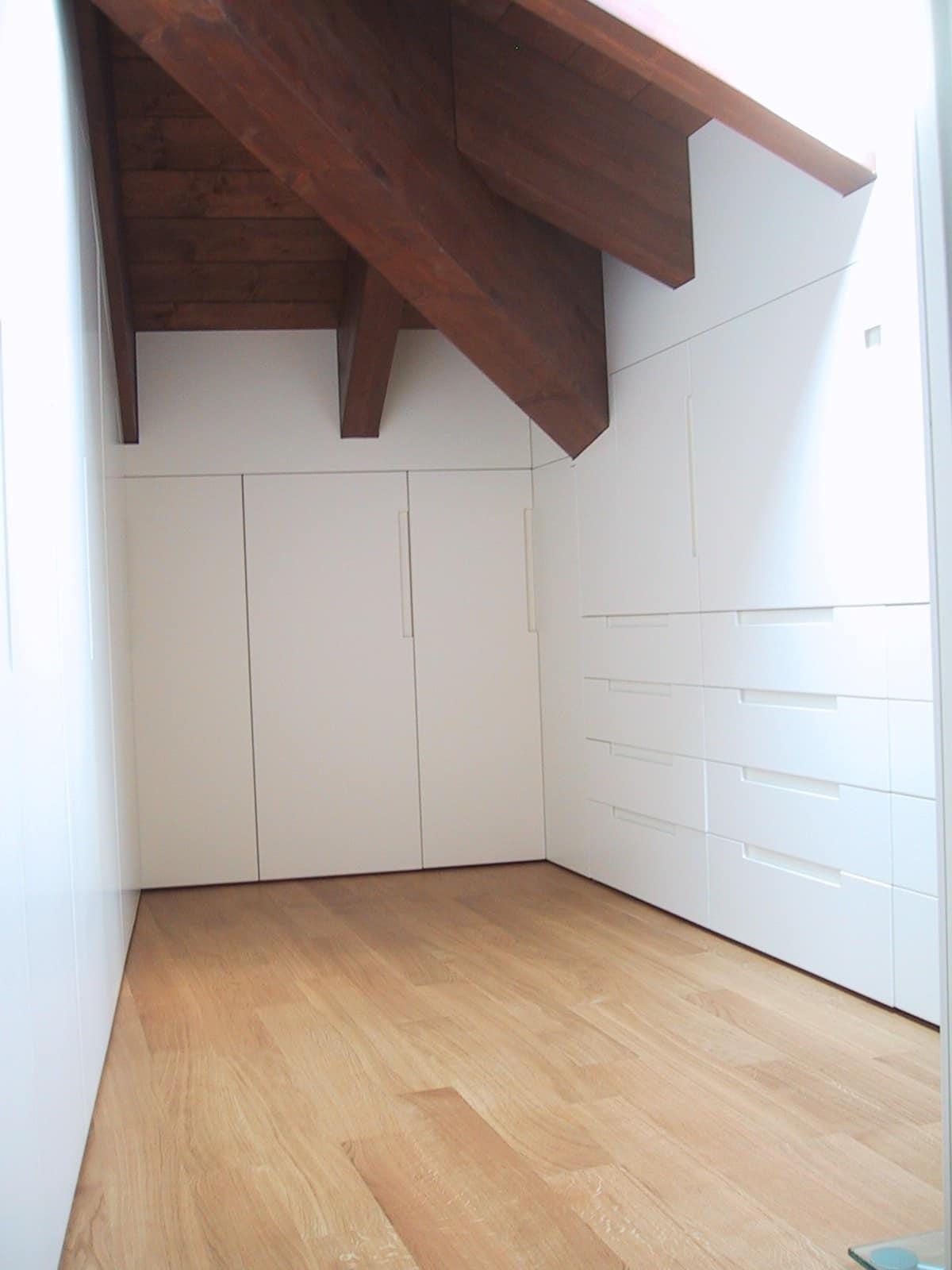 Armadio in legno laccato bianco per mansarda idfdesign - Mobili per mansarde ikea ...