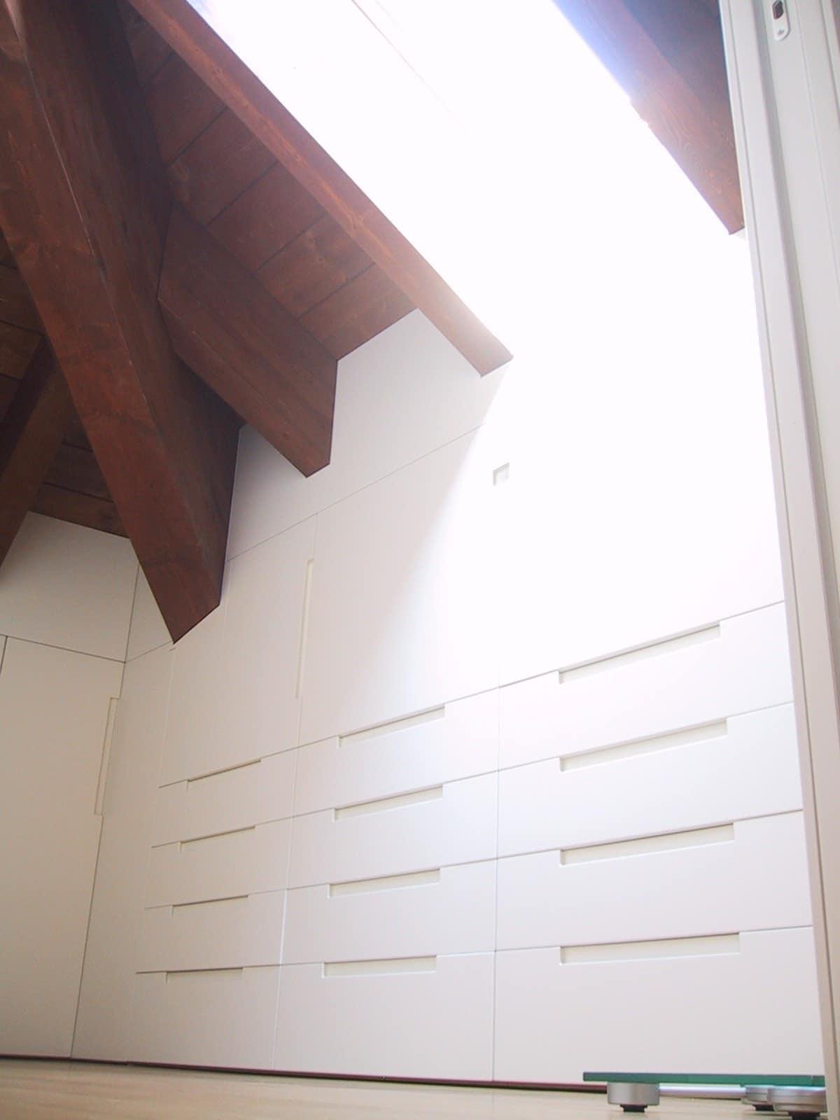 Armadi per mansarde 04, Armadio in legno laccato bianco, per mansarda
