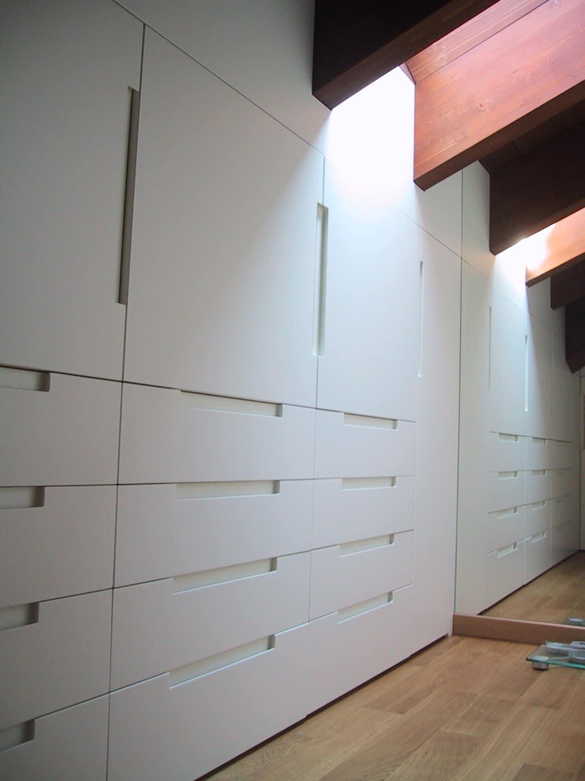 Armadio in legno laccato bianco per mansarda idfdesign for Armadio mansarda ikea