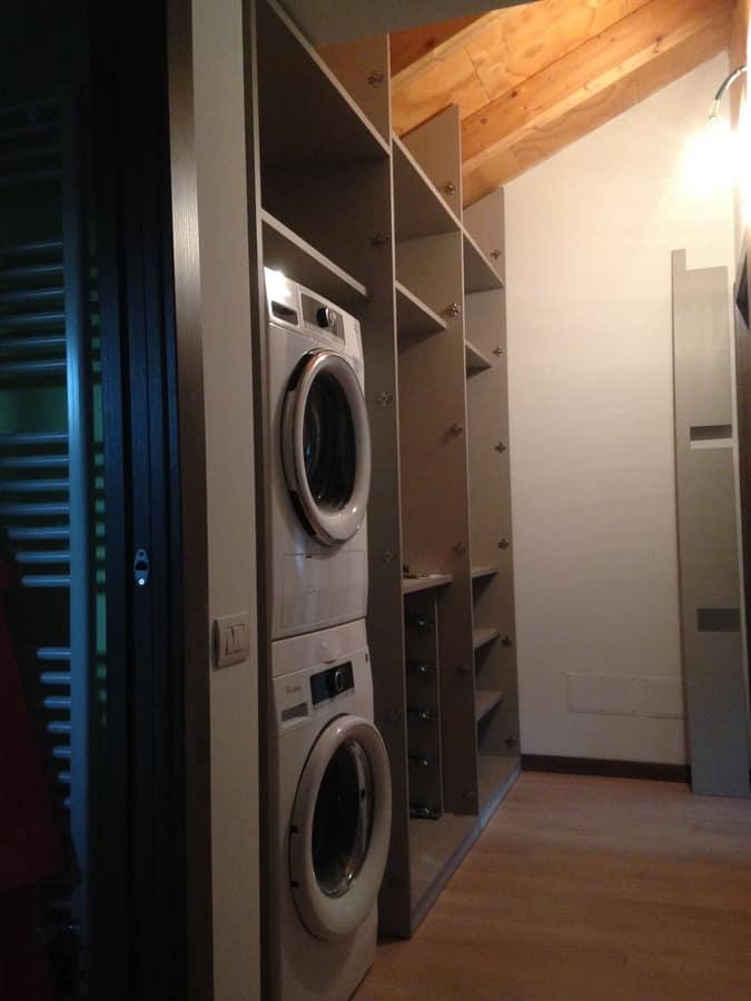 Mobili su misura per mansarda porta lavatrice ed - Cabine armadio in mansarda ...