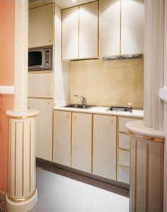Hotel Residence Romana Cucina, Cucina su misura per residence, in legno chiaro decorato