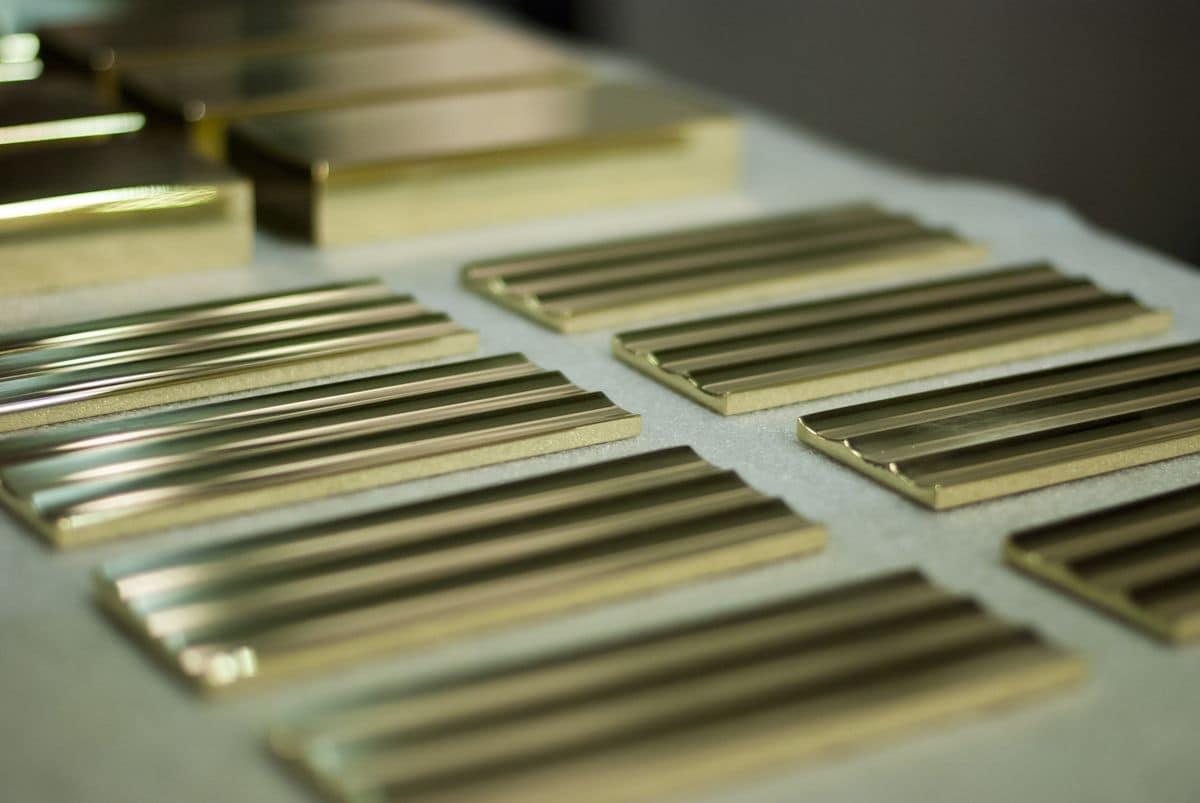 Profili metallici su misura con finiture personalizzate for Profili arredamenti