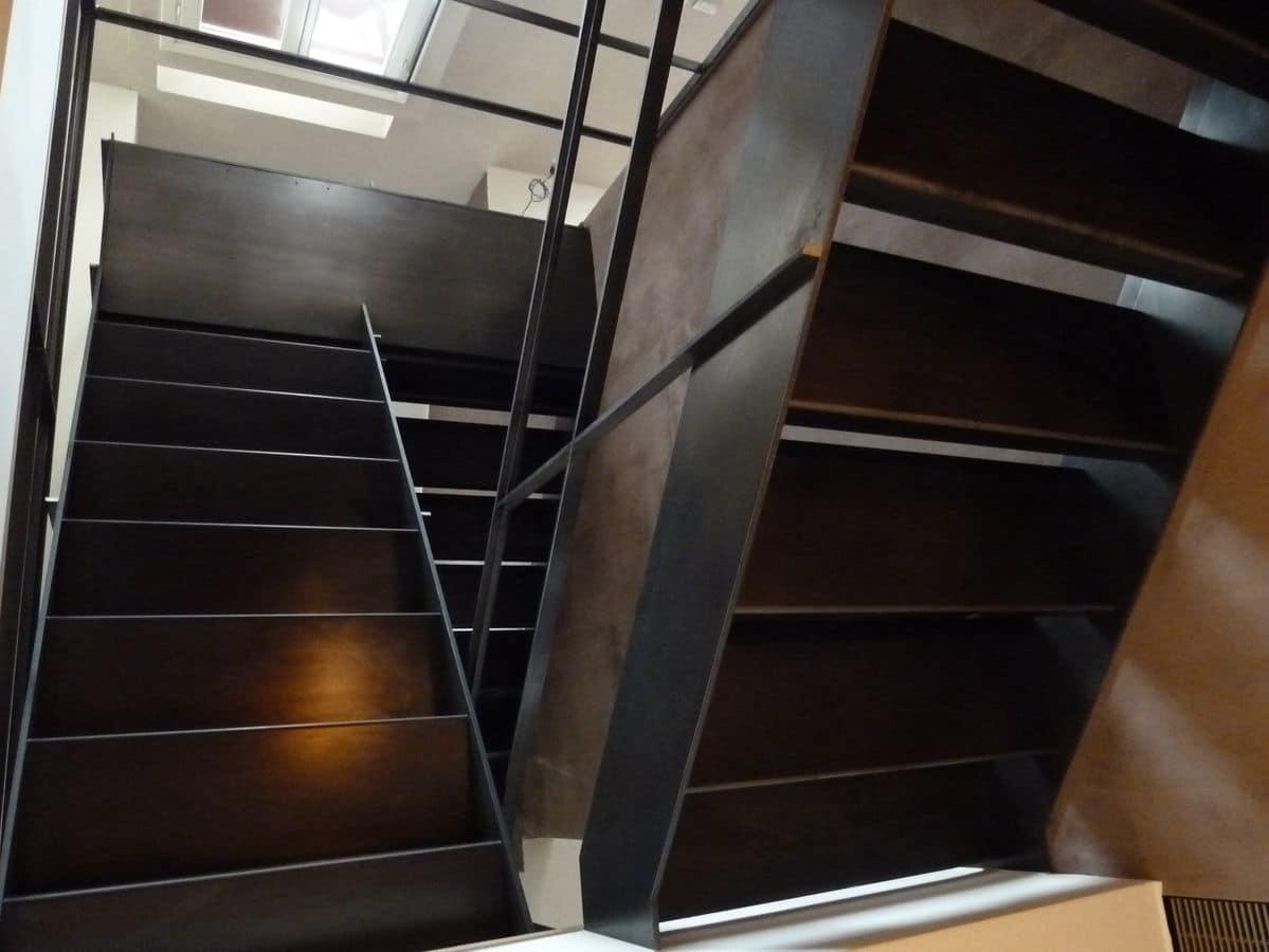 Scala su misura in ferro grezzo, con corrimano, gradini e ...