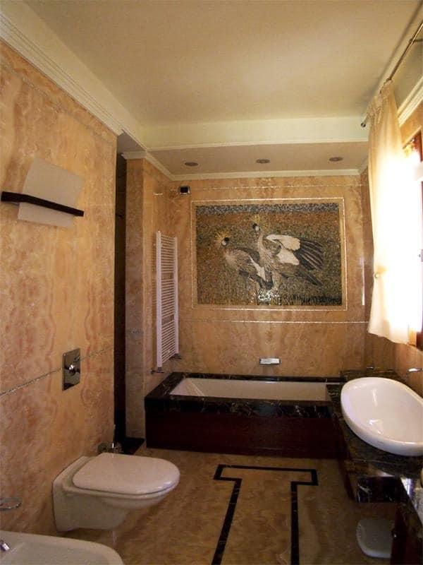 Bagno Con Vasca Doccia Parquet E Piastrelle A Mosaico Bianche Interior ...