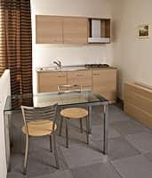 Collezione Host, Arredo su misura con camera e monoblocco cucina, finitura legno rovere sbiancato
