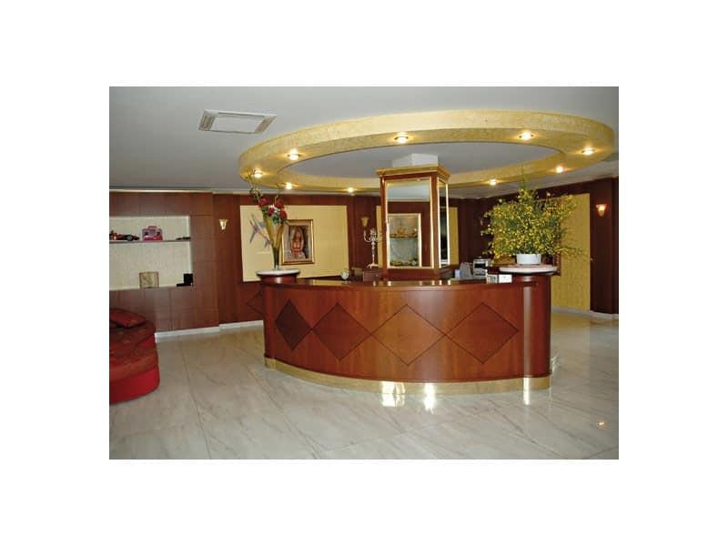Ufficio Legno Hotel : Bancone reception per albergo realizzata in legno pregiato idfdesign