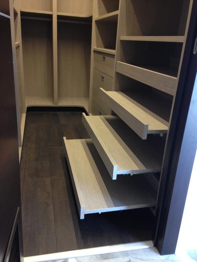 Cabina armadio su misura con scaffalature idfdesign for Disegni di cabina di log gratuiti