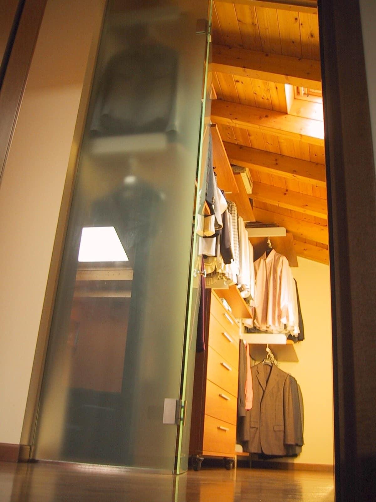 Cabina armadio con ante scorrevoli in vetro, per mansarda | IDFdesign