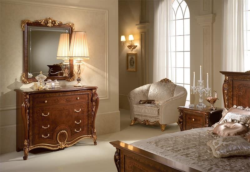 Cassettiere in legno intagliato stile lussuoso for La zona notte