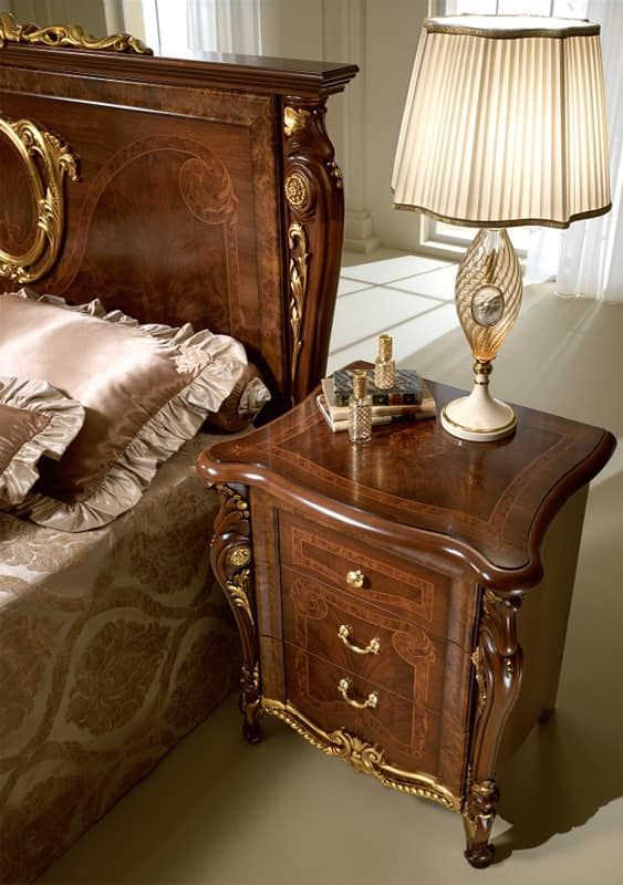 Comodini classici di lusso in legno intagliato per camera da letto idfdesign - Comodini da camera da letto ...