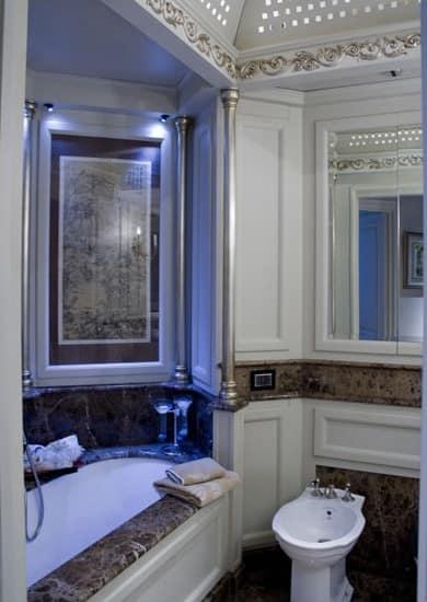 Boiserie per bagno con finiture in foglia argento idfdesign for Arredo bagno design lusso