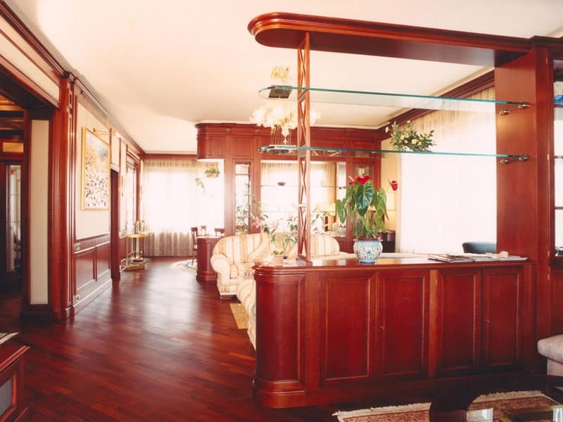 Mobile divisorio in legno di ciliegio con ripiani in vetro for Mobile divisorio soggiorno