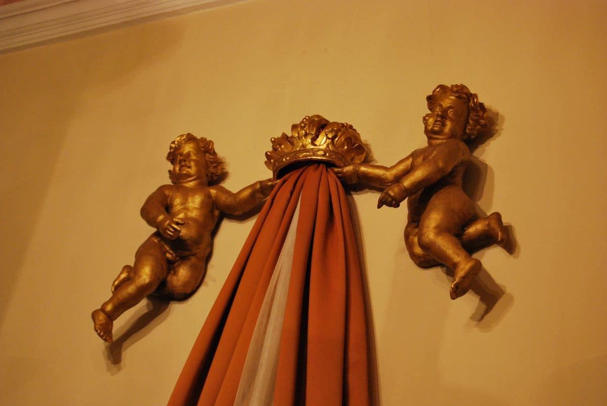 PUTTI ART. AC 0029, Coppia di putti con corona, dorati, scolpiti a mano