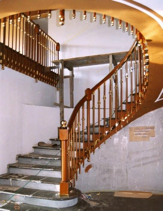 Scale in stile classico con varie finiture idfdesign - Immagini di scale interne ...