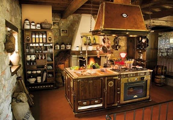 Cucina in legno componibile, vecchio stile, cappa in rame | IDFdesign