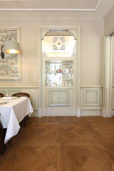 Boiserie laccata bianca preziosi intagli creati artigianalmente per hotel e ville prestigiose - Camera da letto con boiserie ...