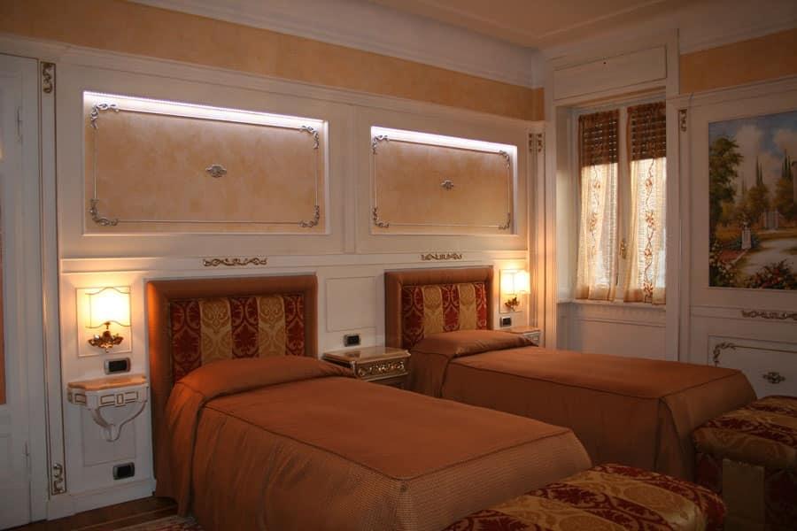 Boiserie in legno per camera da letto finiture in argento for Design pareti camera da letto