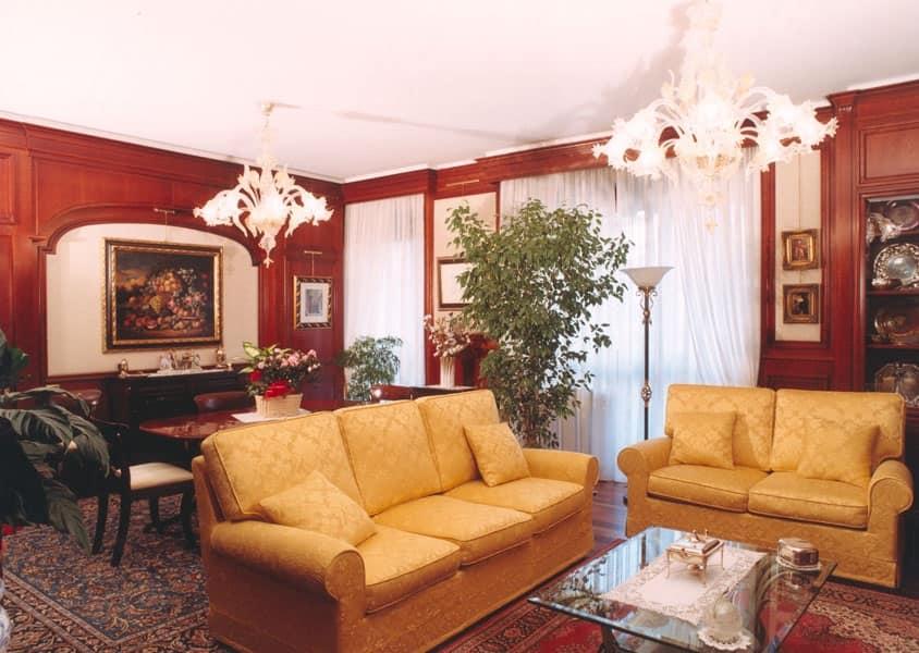 Boiserie in ciliegio in stile classico per soggiorni for Pareti salone
