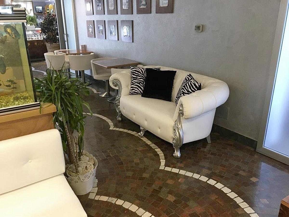 Divano barocco rivisitato per salotti divano elegante per - Divani in stile barocco ...