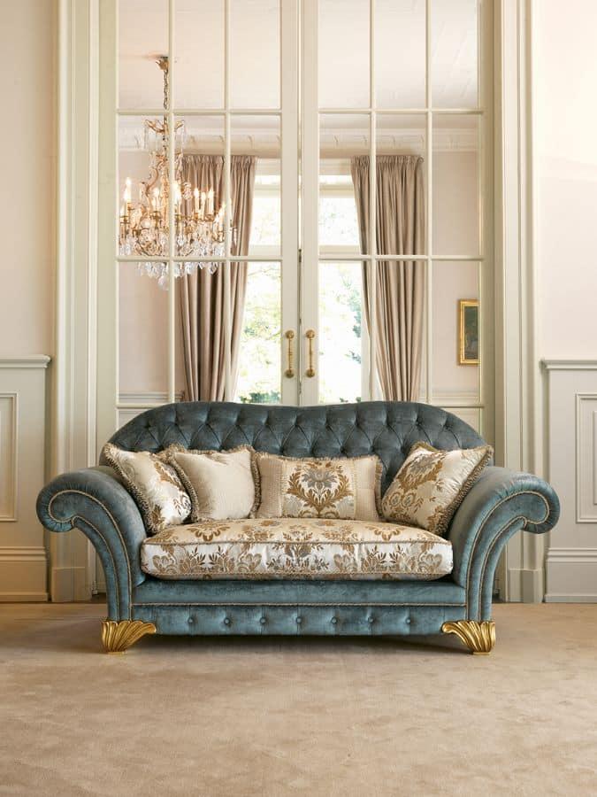 Divano classico schienale capitonn decorazioni a for Divani di lusso marche