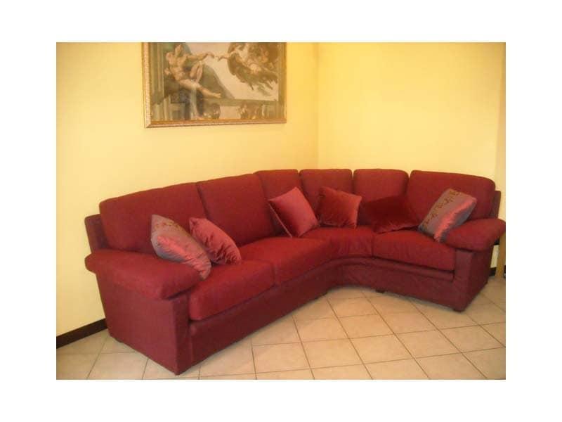 Divano in tessuto rosso per uso residenziale idfdesign for Divani di lusso prezzi