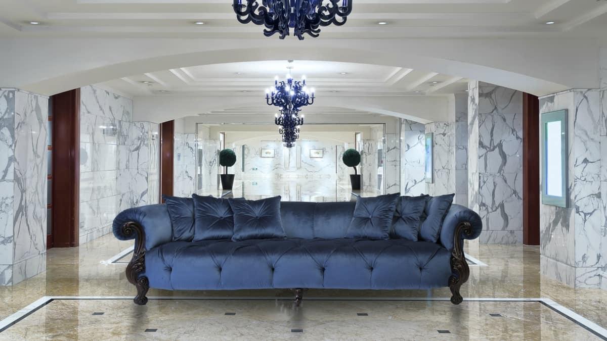 Divano classico ideale per ville e alberghi idfdesign for Divani di lusso marche