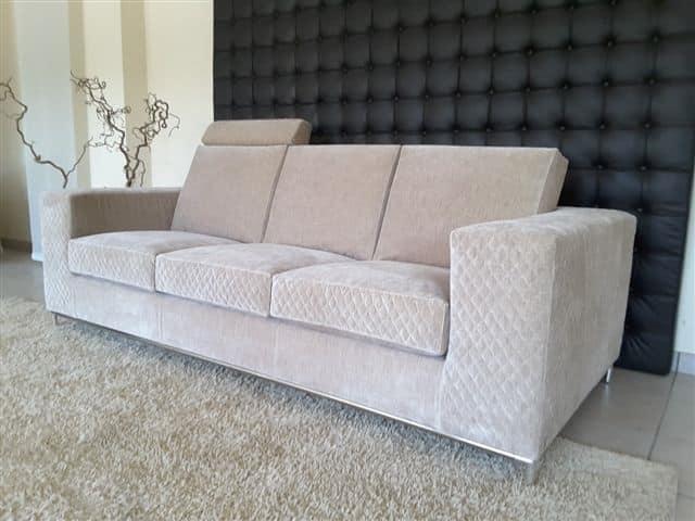 Comodo divano rivestito in velluto con poggiatesta for Divani velluto moderno