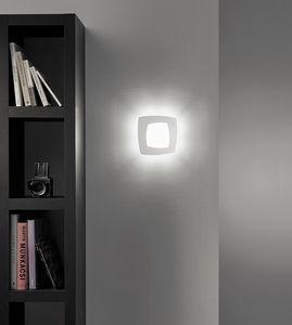 Debra Quadra, Lampada da parete con cornice in metallo