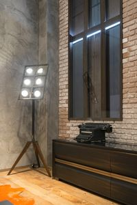 Tot� piantana, Piantana ispirata ai riflettori cinematografici, con luci orientabili