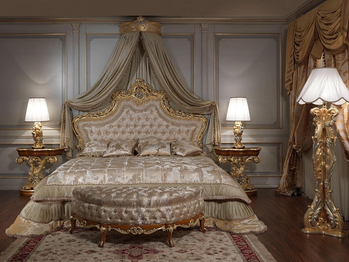 Art. 2012 Camera da letto, Letto classico, testiera intagliata e dorata, imbottitura capitonné