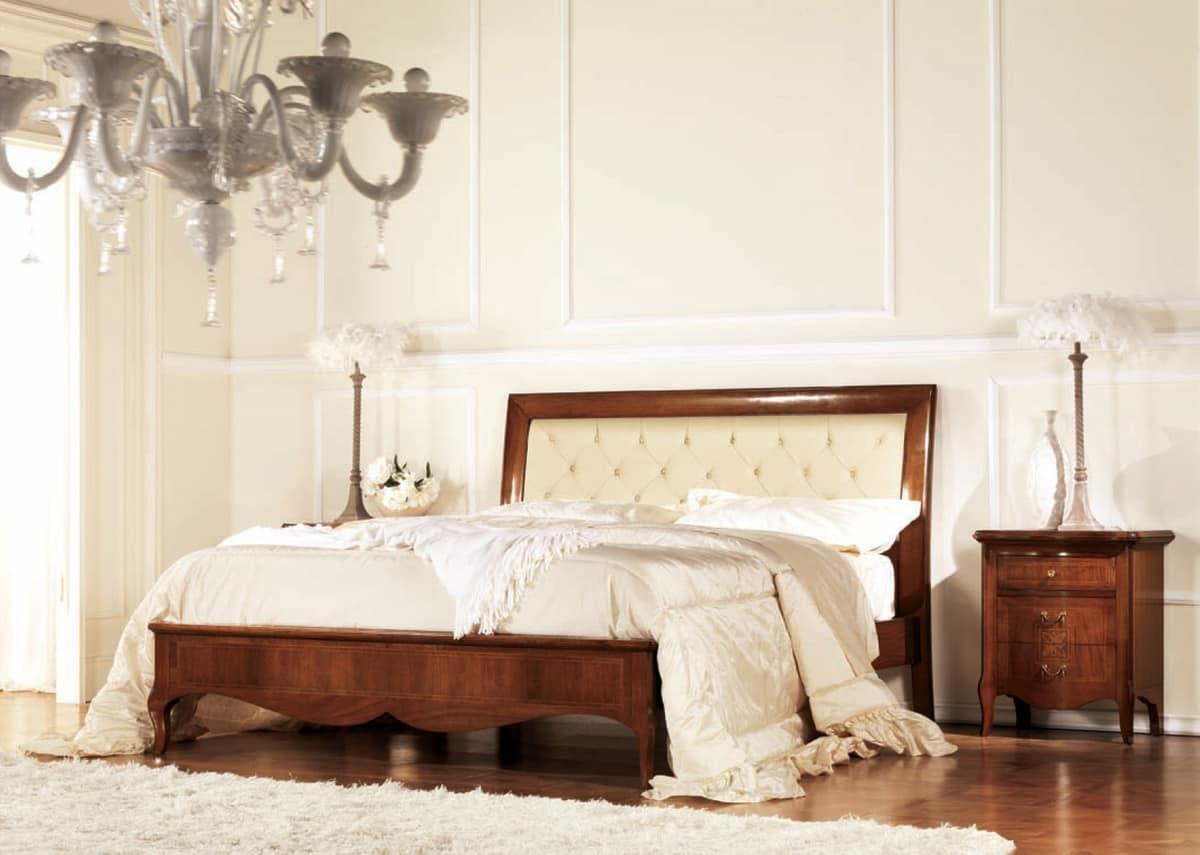 Letto capitonn in legno con giroletto intarsiato idfdesign for Design di mobili in legno letto