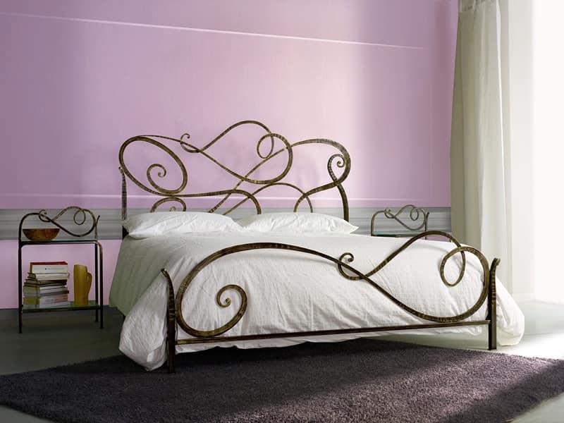 Letto classico in ferro per camera da letto idfdesign for Camera letto ferro battuto