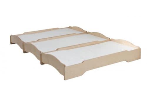 Letto impilabile per asilo in legno naturale idfdesign for Lettini per bambini
