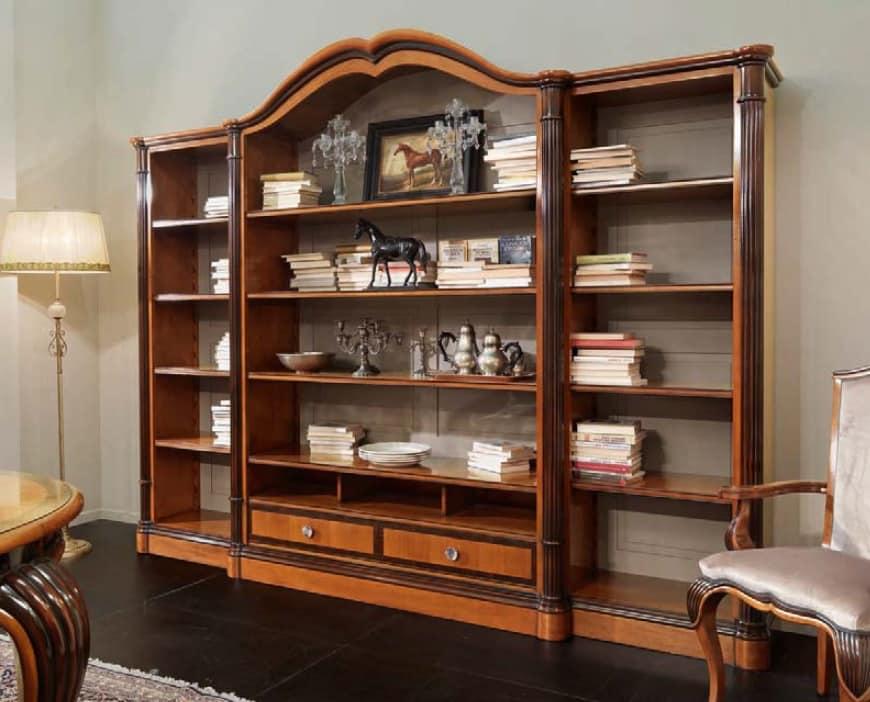 Libreria con mensole larghe in ciliegio intagliato for Mensole ciliegio