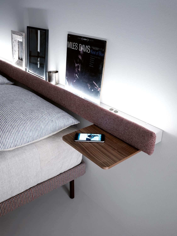 Mensola con piani per comodini con luci e sistema audio - Mensole dietro letto ...