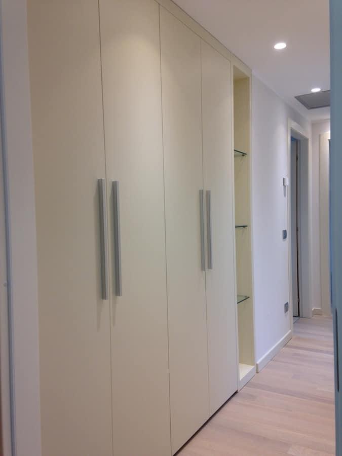 Armadio su misura per corridoio con ripiani in cristallo idfdesign - Mobili da corridoio ...