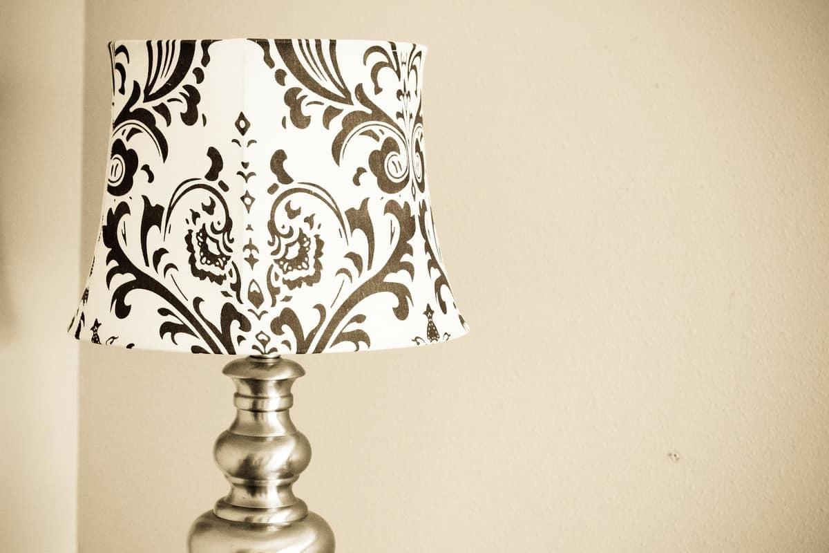Paralume in tessuto bianco e nero decorato idfdesign - Paralumi per lampade da tavolo ...