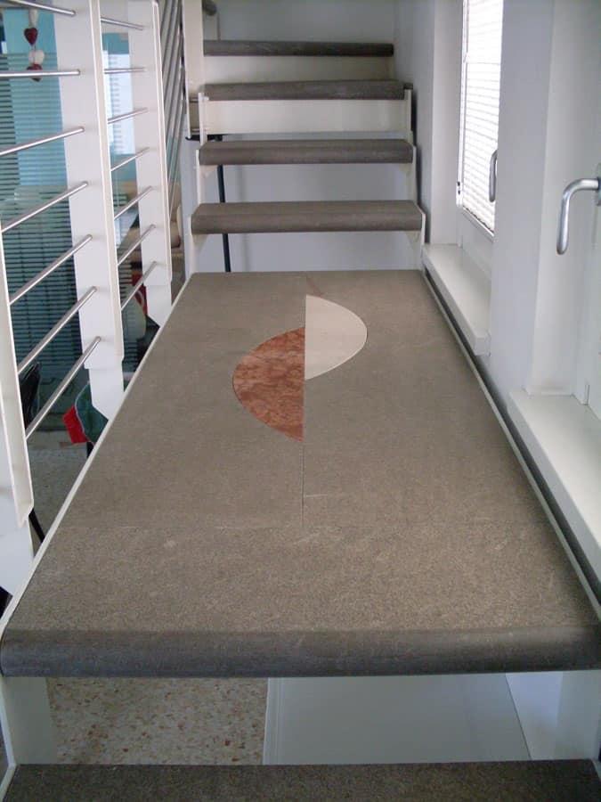 Bagno Moderno Con Gradino: Accostamento con gres porcellanato.