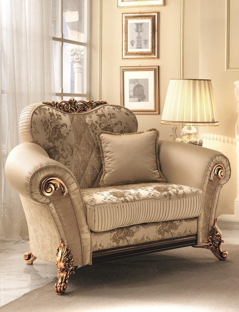 poltrona morbida con decori dorati ricca ed elegante