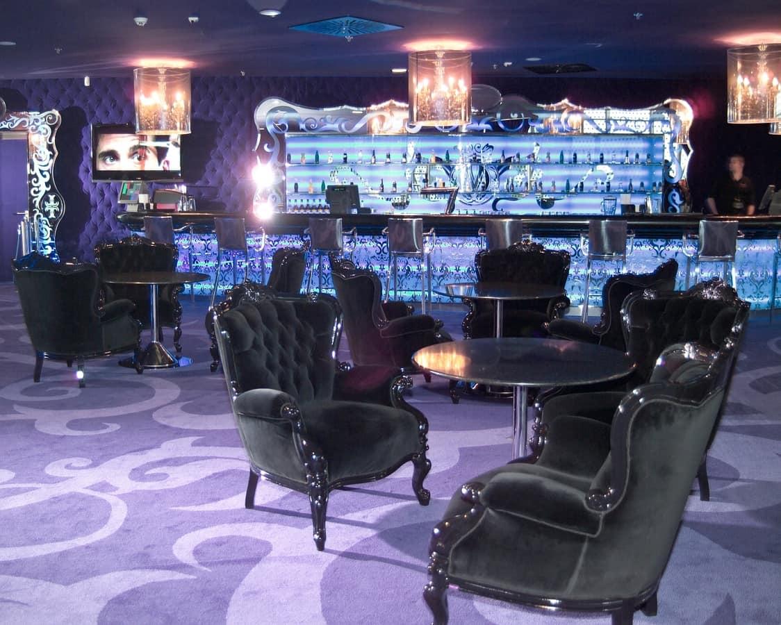 Re Sole laccato, Poltrona classica per hotel di lusso