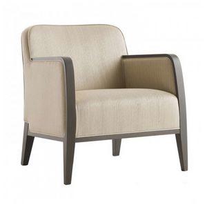 Opera 02241, Poltrona in legno massiccio, schienale e seduta imbottiti, copertura in tessuto, stile moderno