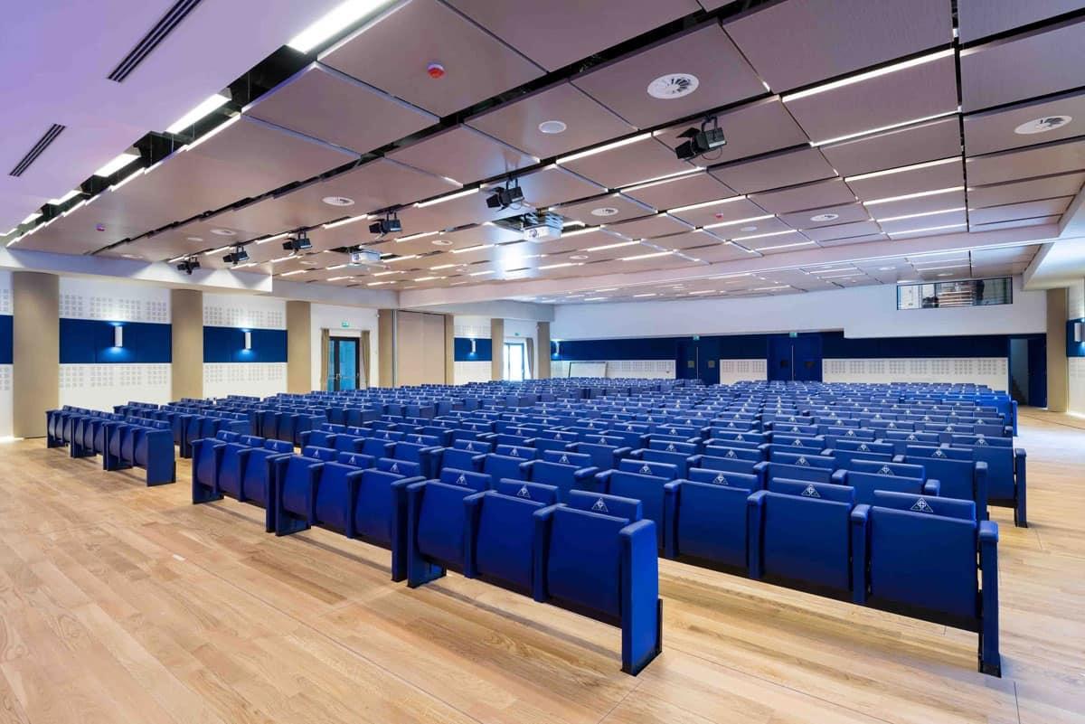 Auditorium nuova sede bcc prealpi poltrone auditorium a for Poltrone teatro