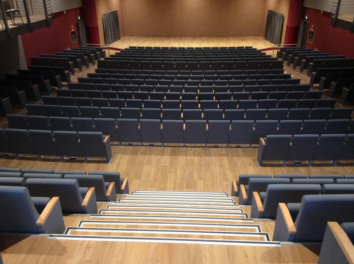 Poltrona per teatro seduta ribaltabile in poliuretano for Poltrone teatro