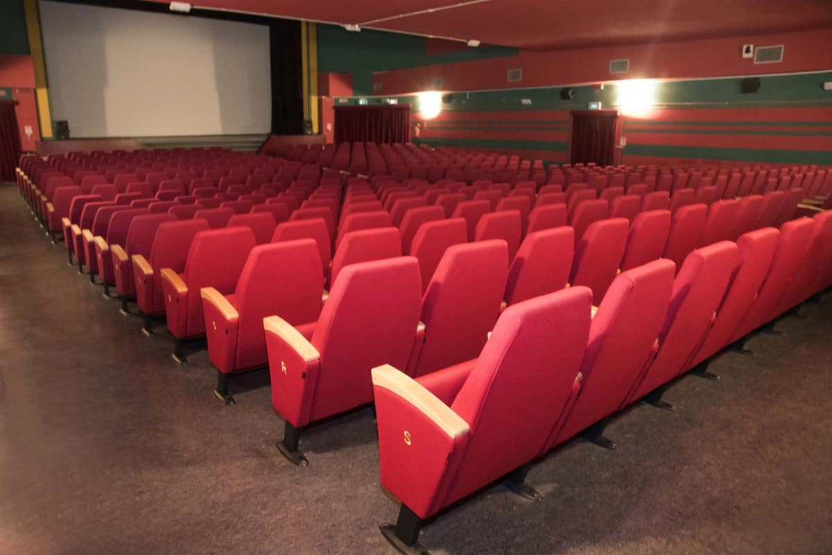 Poltrone con sedili ribaltabili adatte per sale congressi for Poltrone teatro