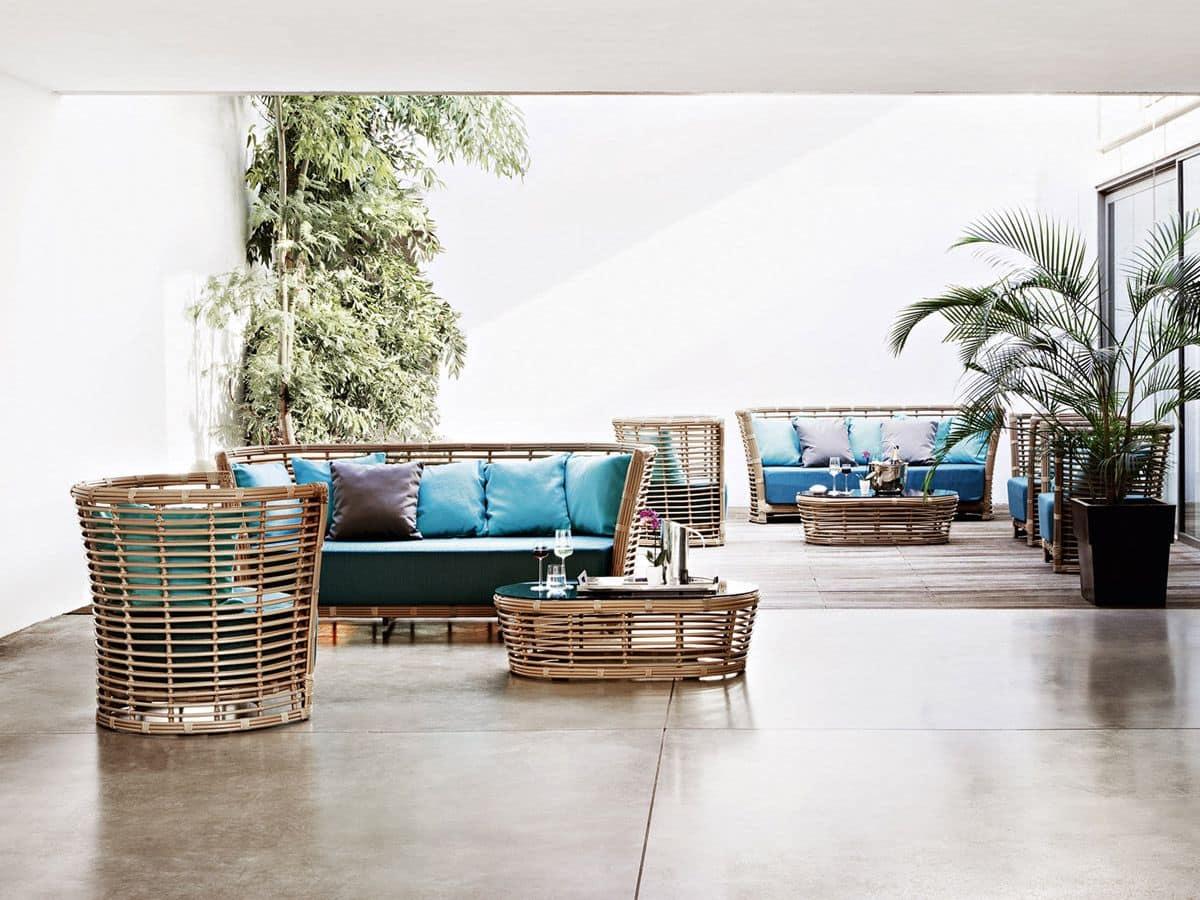 Poltrona intrecciata con ampio cuscino per giardini e for Divani per terrazzi