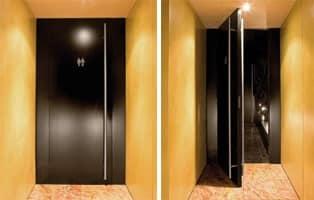 Fusion, Porte per muratura, finitura laccata nera, per bagni albergo e bar