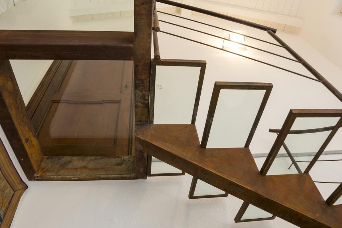 Sale le scale senza nulla 8