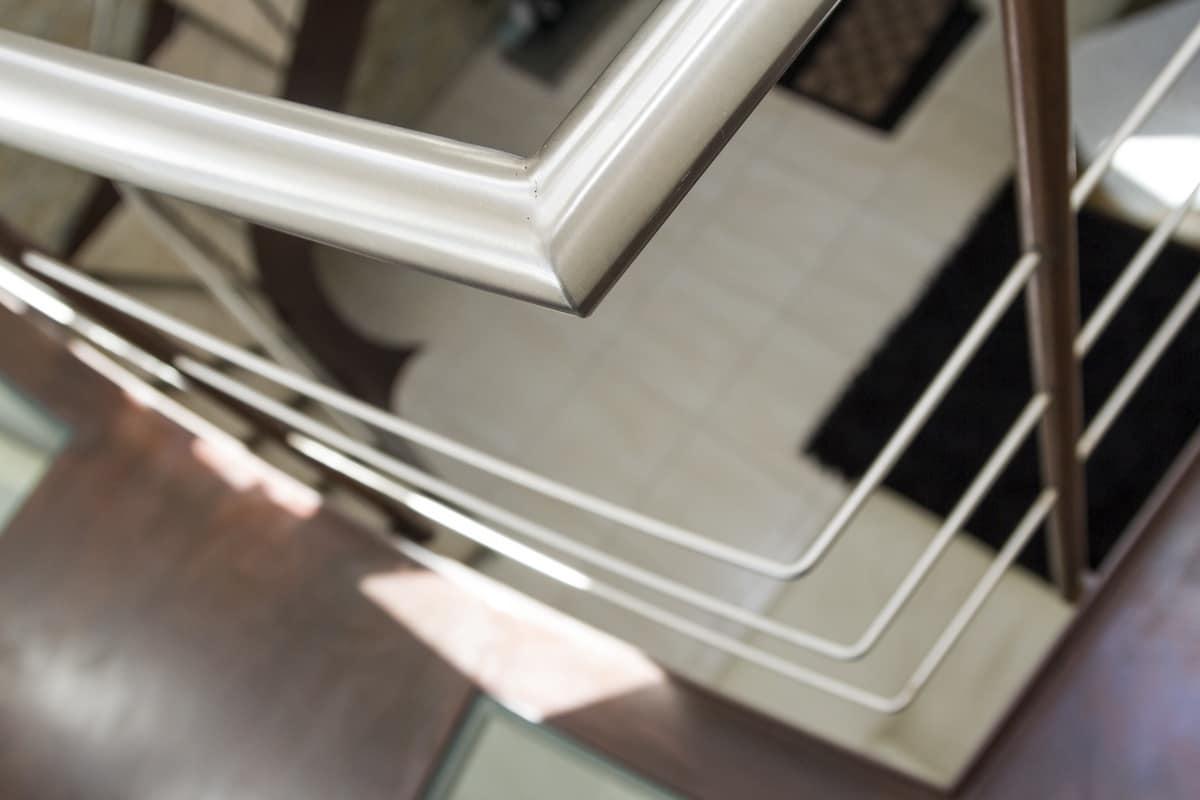 Scala con mancorrente in acciaio e inserti in vetro - Scale in vetro e acciaio prezzi ...