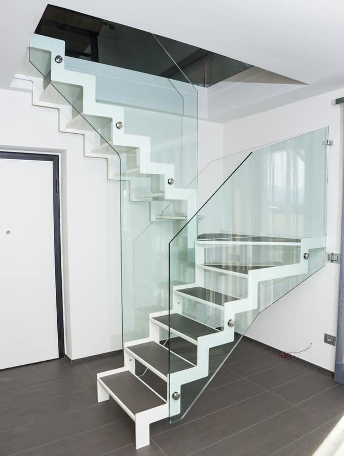 Scala con gradino in lamiera piegata e piastrelle idfdesign - Piastrelle scale interne ...